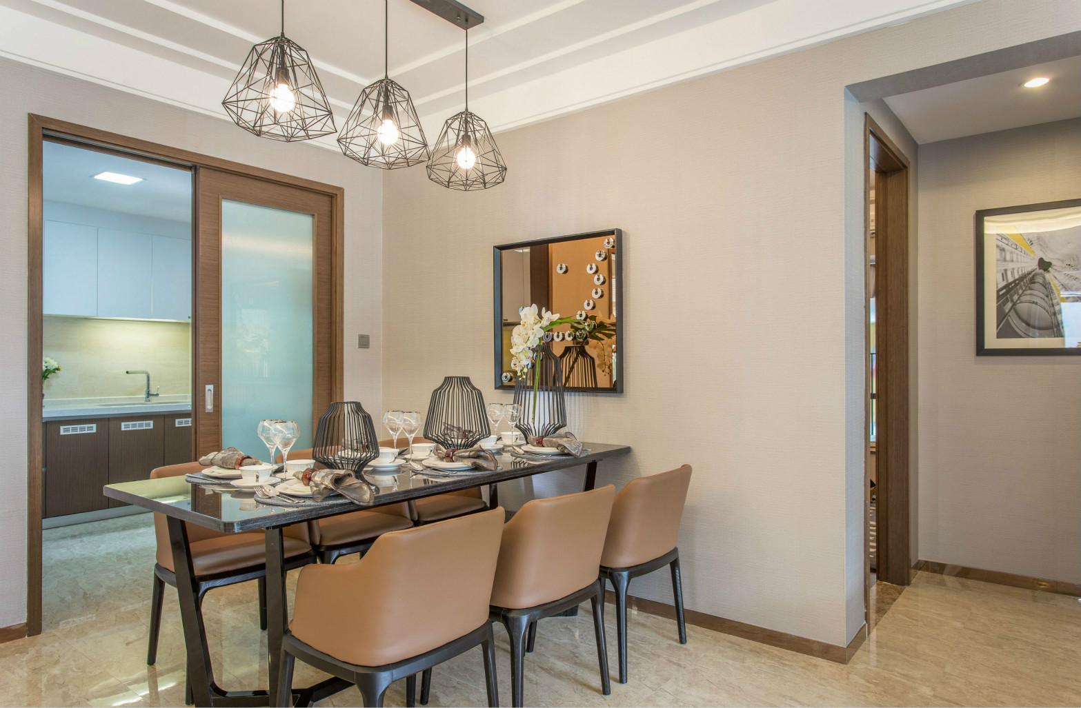 餐厅黑色的茶几搭配棕色的座椅,配上上方三个不规则的吊灯,整个餐厅温馨舒适