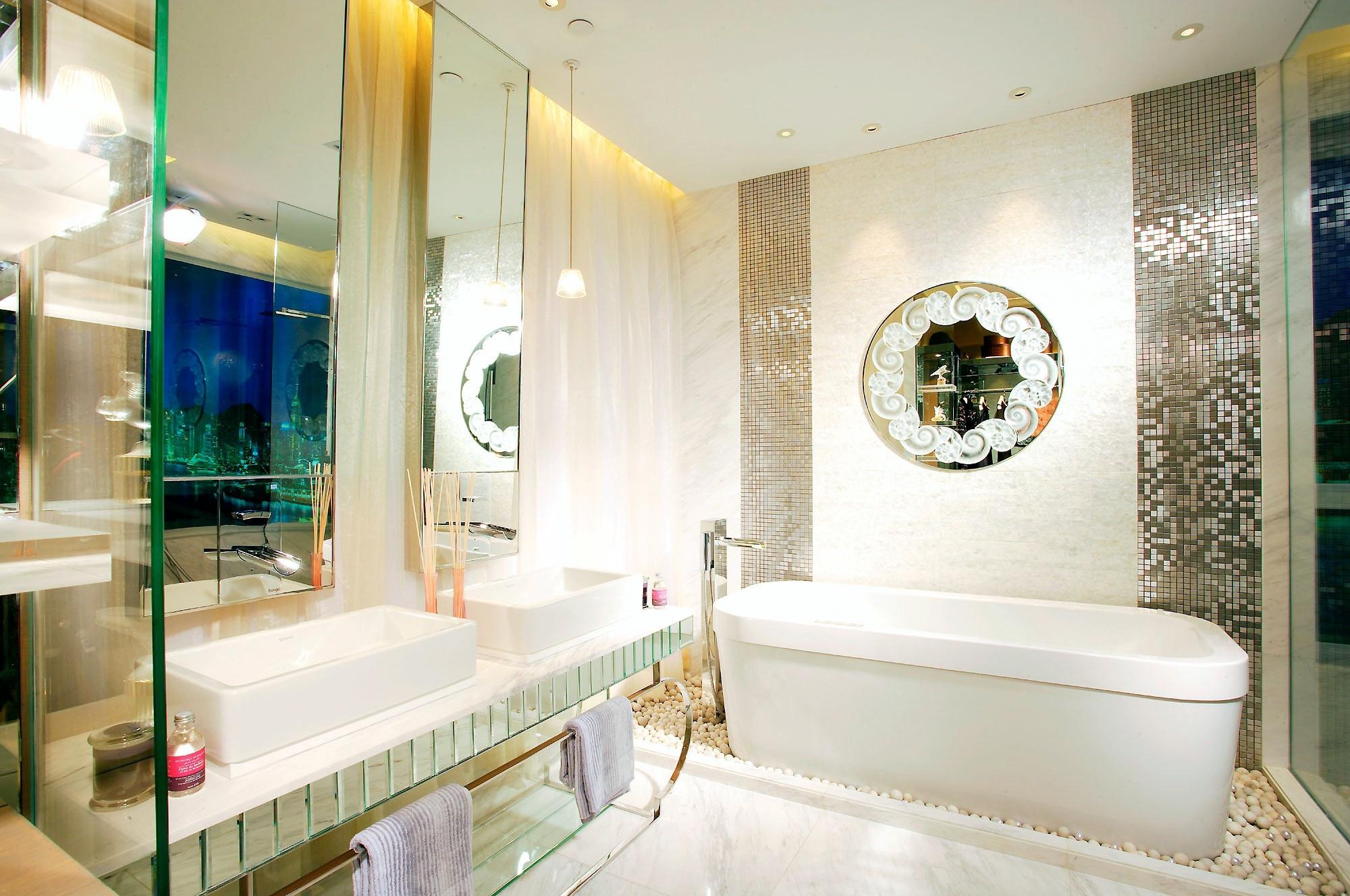 不大的洗手间里也做了干湿分离,洗手池柜面下则做了悬空,镜面柜和台下柜完美解决卫生间收纳问题。