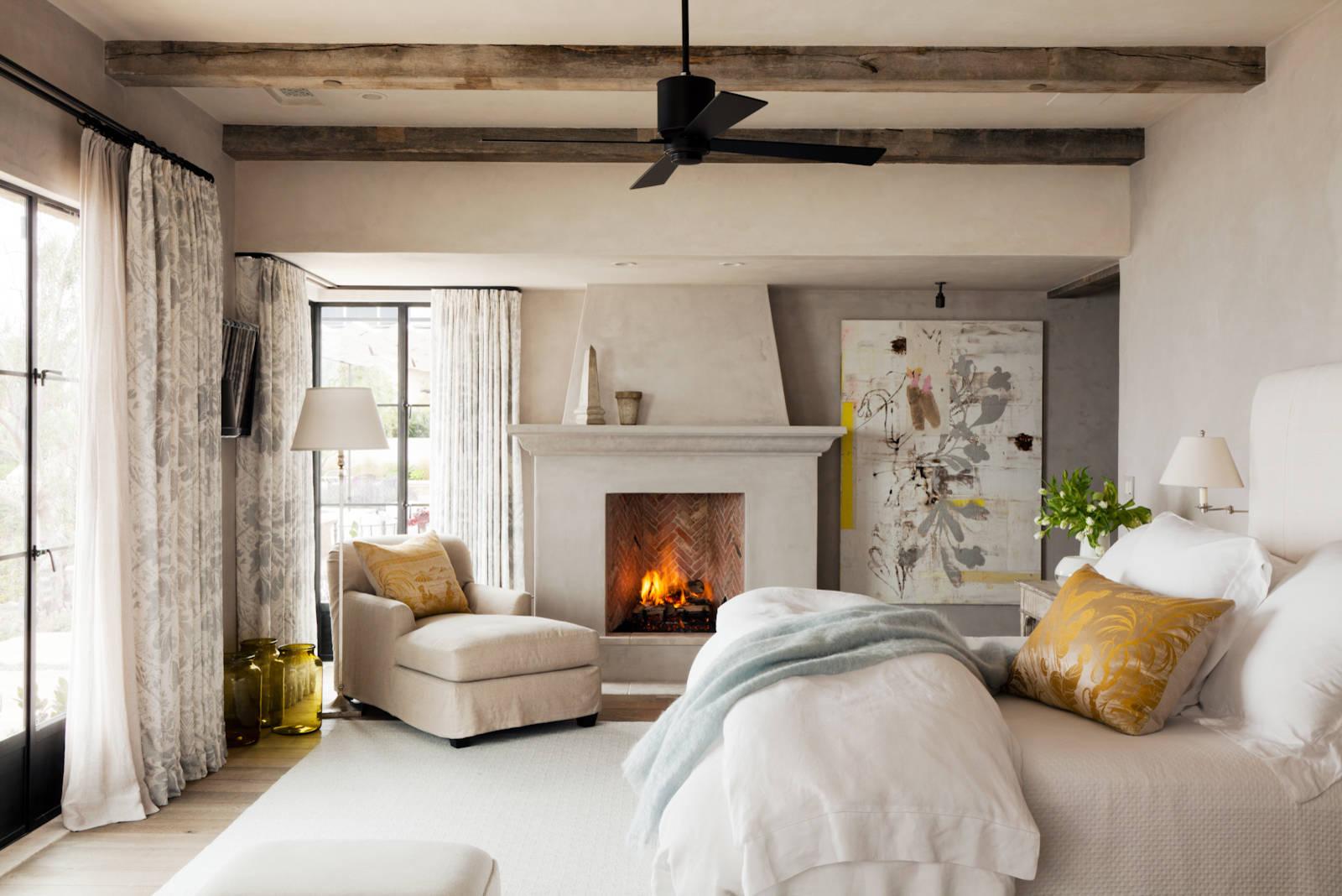 卧室中放置着白色原木四柱大床,很是贞洁雅致。
