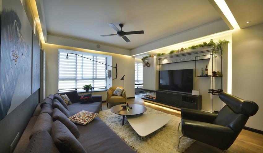 客厅采光不足,倚靠飘窗带来光线,设计师设计了大量光源弥补这一缺陷。