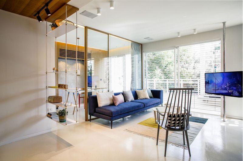 深蓝色布艺沙发简单的茶几、勾勒出现代简约的气质。