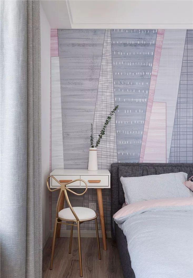 主卧是由两个房间打通设计而成的,增加了衣帽间的功能,以白、灰、粉为主色调,大气自然,宽敞舒适。