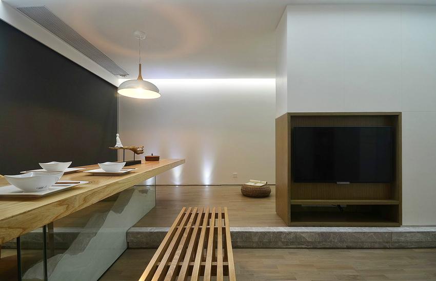 餐厅与休闲区相通,原木桌子既能作为餐桌,也可作为书桌。