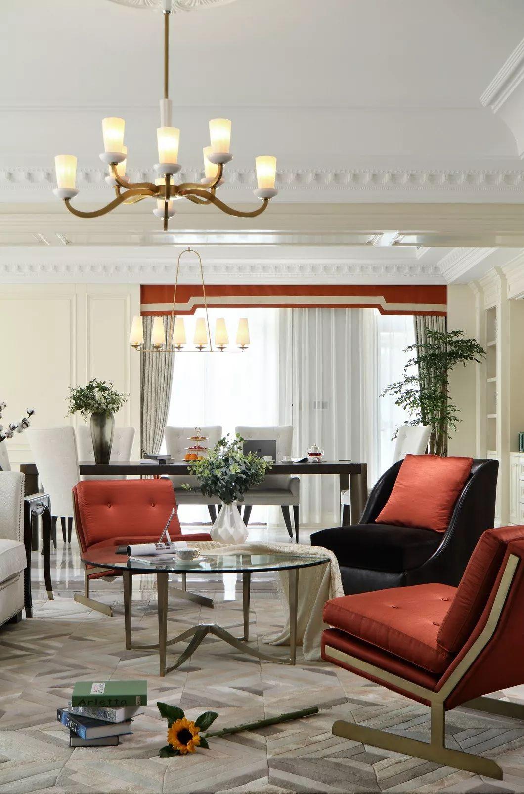 既是客厅又是工作会客区域的设计是由两个不同形式的空间陈设方式组成,饶有趣味性的组合。