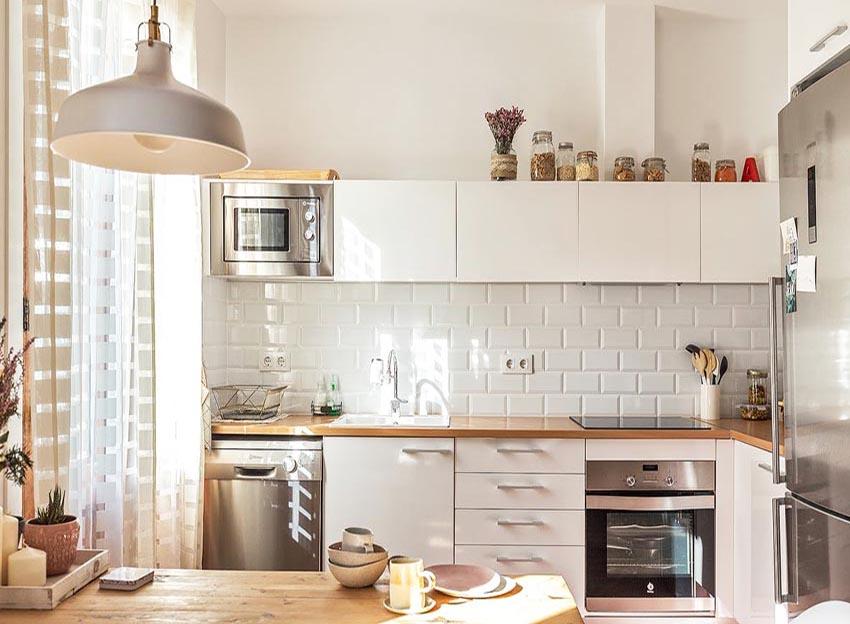 厨房中都是现代生活用品,纯白的色调配以原木色,保持了整体的色调一致。