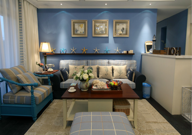 紫色的背景墙搭配蓝色的沙发打造出一个暖意十足的田园时光,客厅设计着实让人眼前一亮。