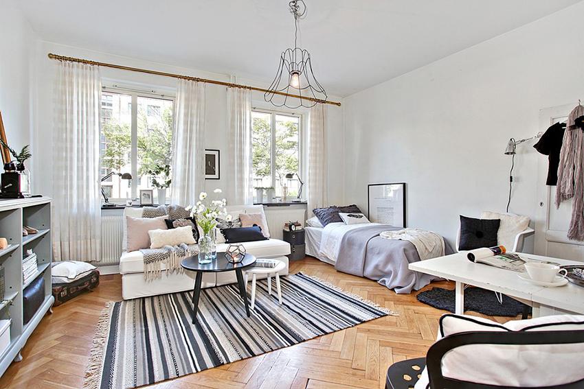 这就是26.5平的小公寓客厅,整体北欧风,原木色地板,加上黑白灰的家具和饰品,让空间显得又大又温馨。