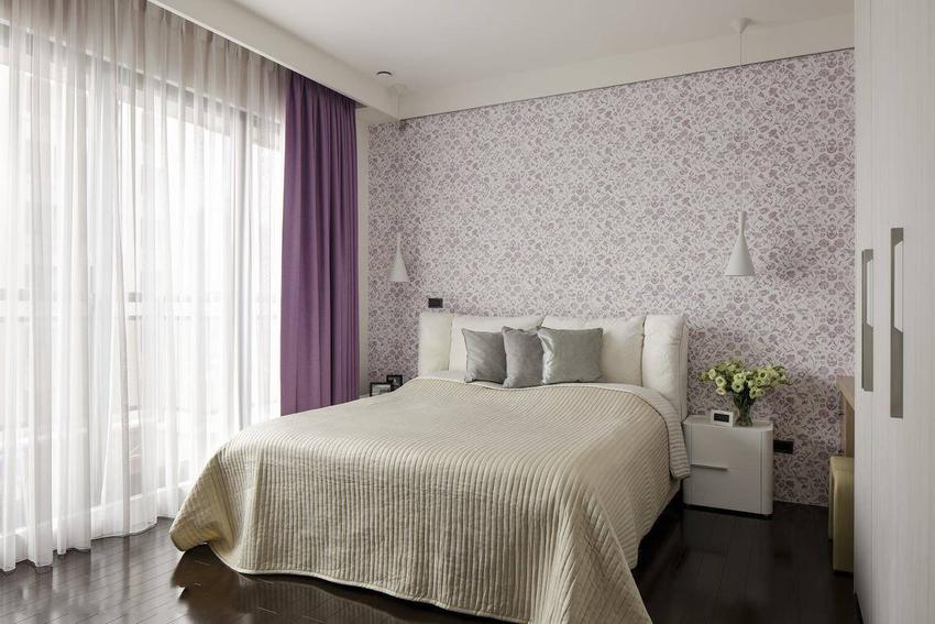 挑选浪漫微醺的碎花壁纸,在床头两侧以壁灯点缀,围塑出紫罗兰般的舒眠情境。
