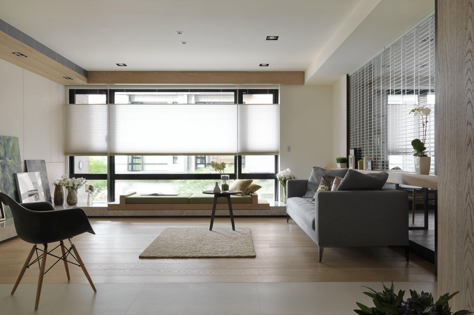 背景墙是白色收纳柜,搭配原木质感的开放空间作展示画,简单实用也很利落大方。