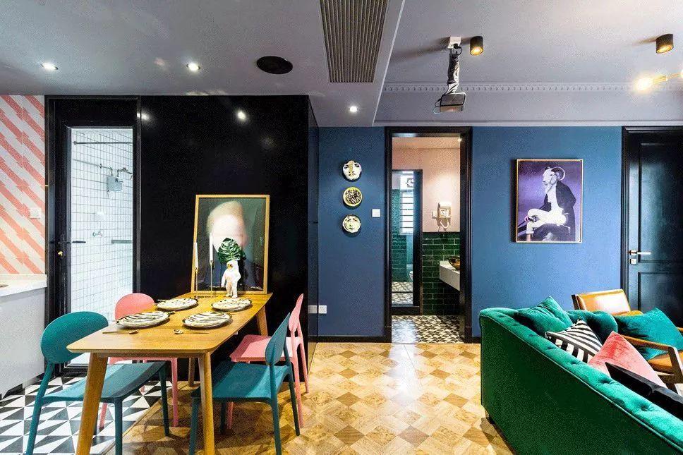 摩登范的布艺沙发做了客厅和餐厅的划分,抱枕和墙面的挂画呼应,再搭配金属元素,仿佛回到780年年代。