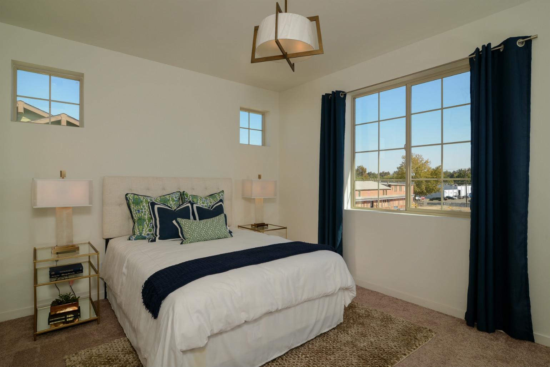 这个卧室用的颜色是白色与稍暗一点的颜色,安静中带着一些沉稳。