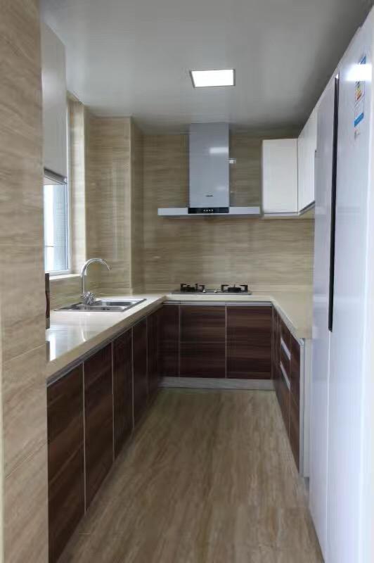 厨房与客厅、餐厅仅用一面黑色手绘墙和玻璃移动门相隔,隔离可以保证厨房内的油烟气味不会影响到其他空间。