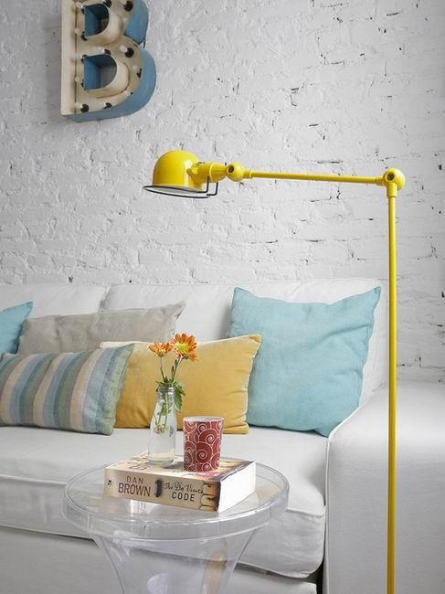 丰富的色彩也是改造中必不可少的元素,柠檬黄、水蓝色、橙色,利用鲜艳的色彩提升整个空间活跃度。
