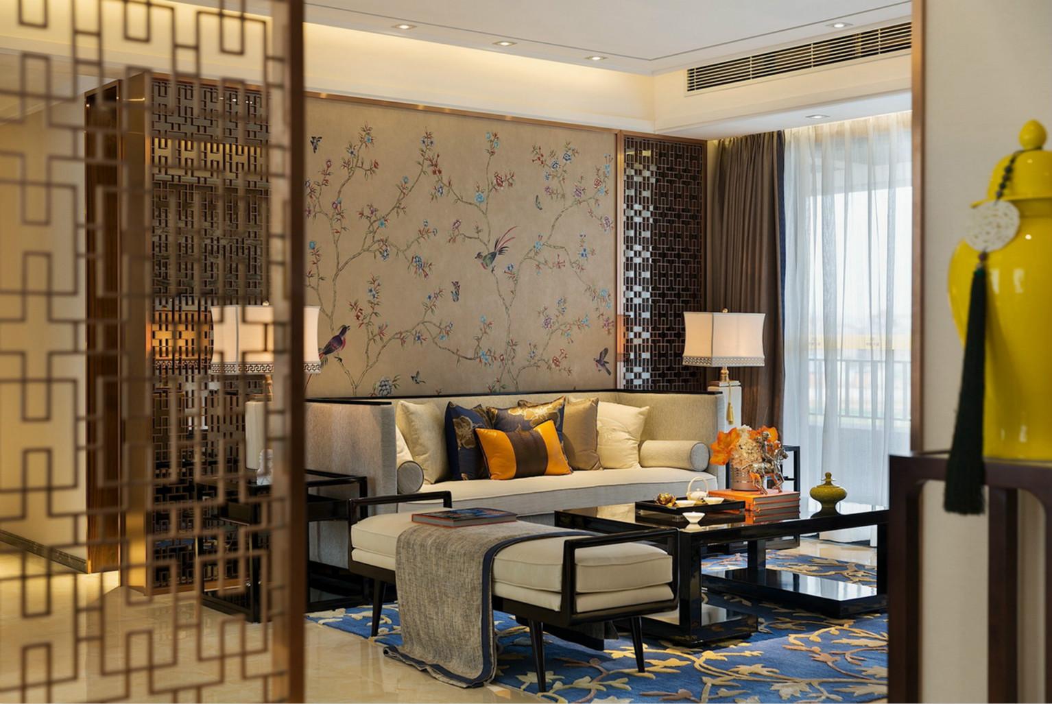 客厅中放置着大型的浅灰色布艺沙发,整个的简约大气感。