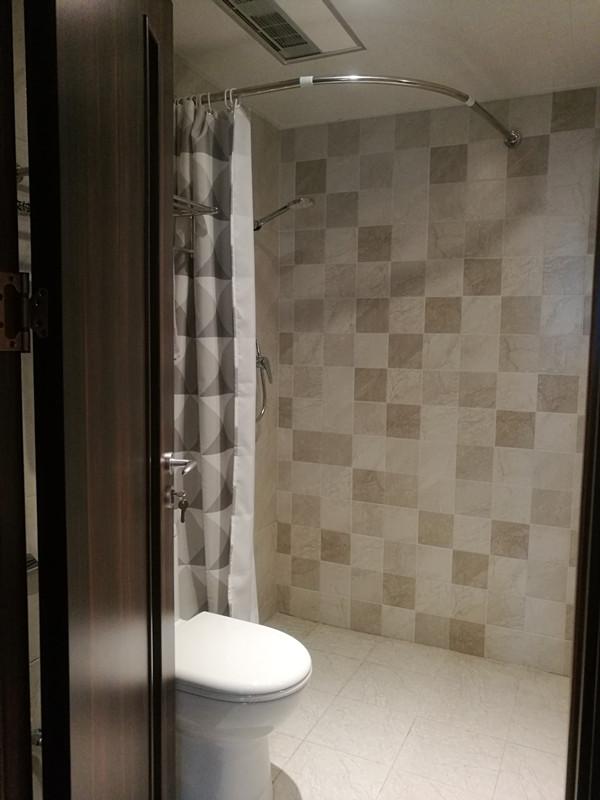 小户型卫浴空间设计,浅色瓷砖延伸视觉效果,让整体空间显得更为敞亮。