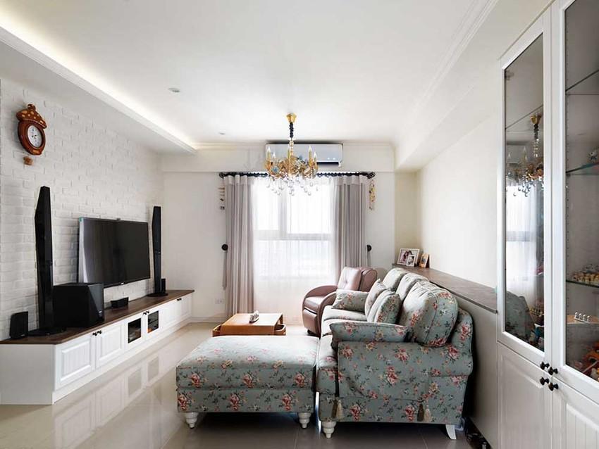 满是碎花点缀的沙发,在一片纯白中格外清新自然。