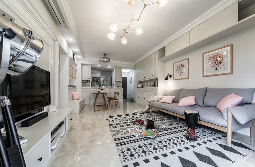 客厅沙发简单、舒适、实用。