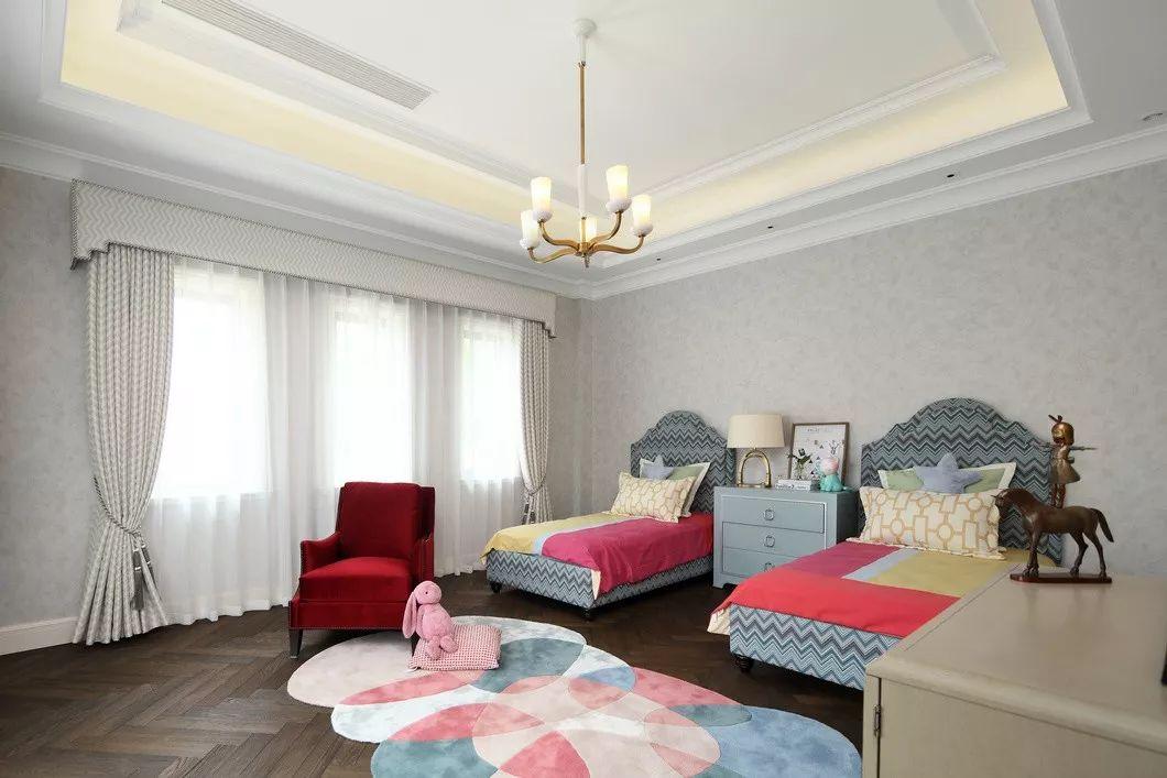 异形地毯的定制,颜色都是由孩子们最喜欢的爱丽丝梦境的主要色彩组成。