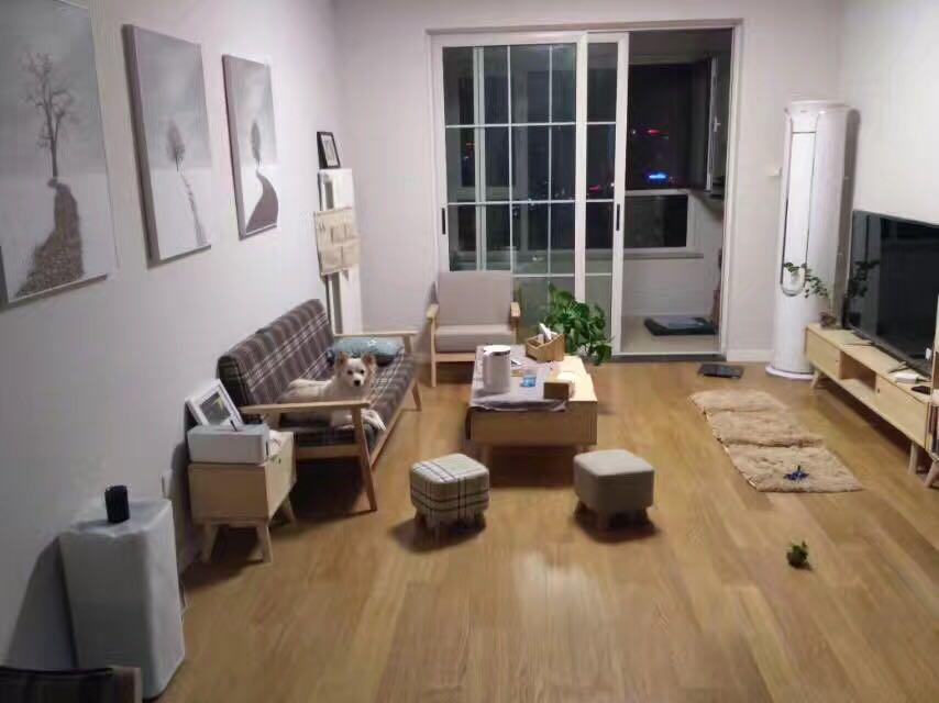 踏入室内,映入眼帘的是一片和谐景致,浅木色地板搭配简单的格子沙发,铺陈出夏日北欧的慢生活。