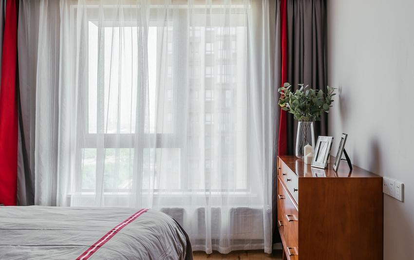主卧延续客厅的风格,但又从地板材质及色调选择、家具软装搭配上融入更多温暖质感。
