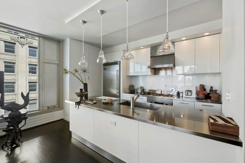餐厅由于空间有限,餐厨就在客厅旁边,并且是一体式,没有单独的餐厅和厨房