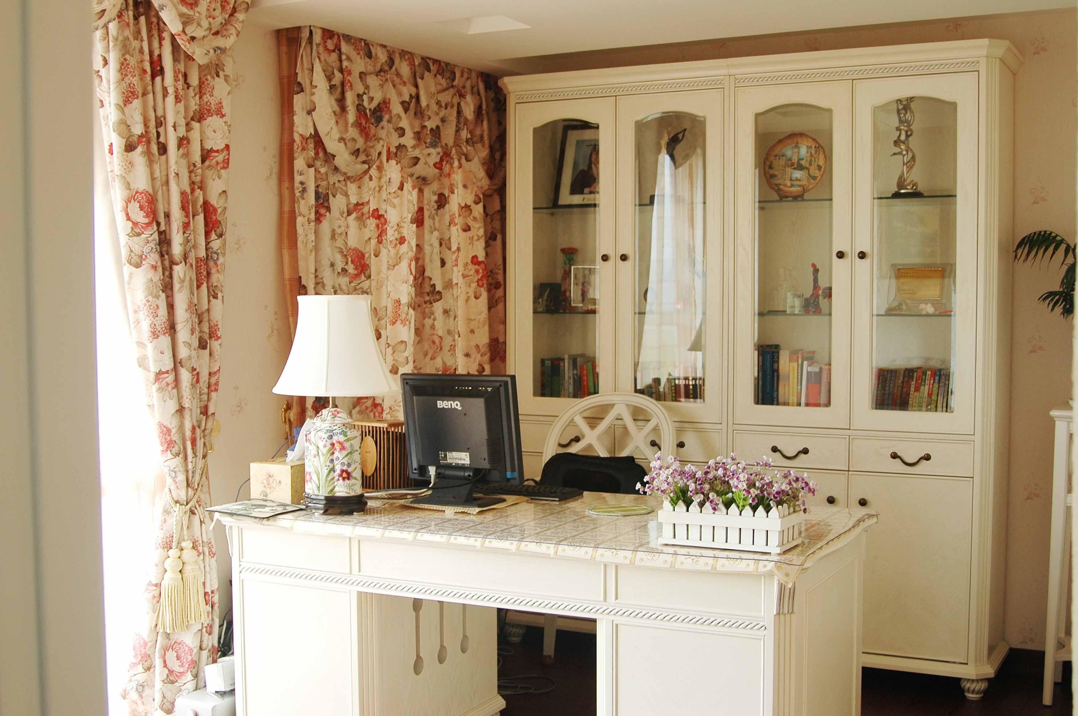 浅色搭配书房让空间更为敞亮,碎花窗帘多了点自然气息。