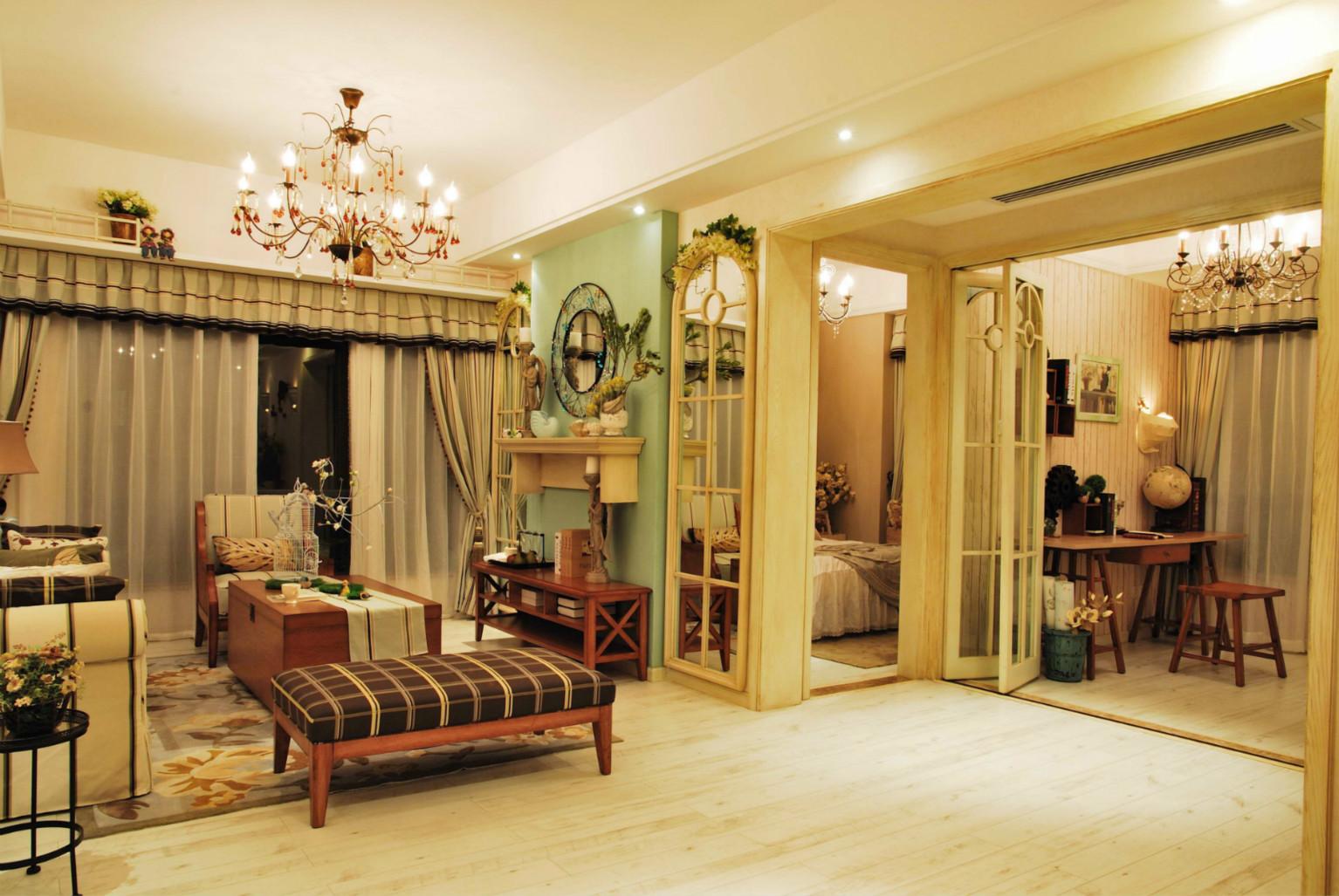 纯木家具,加上随处可见的绿植点缀,木制地板,舒适又有质感。