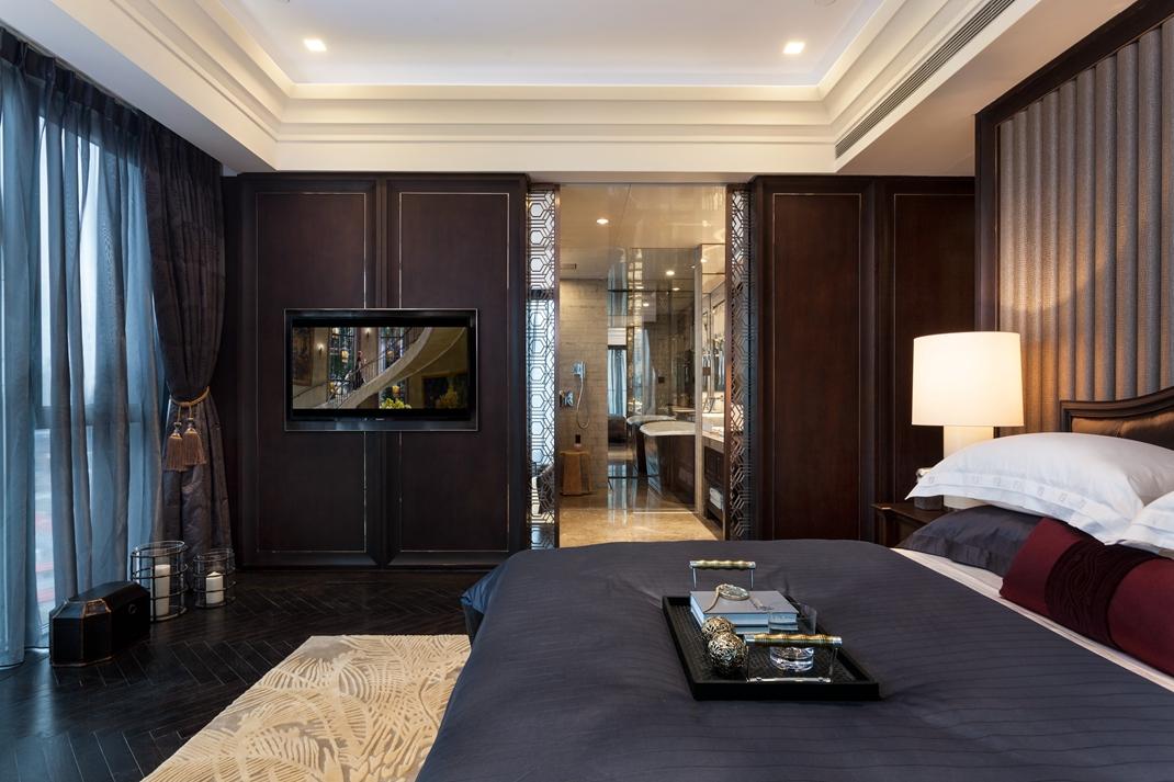 床的侧面背景墙挂了电视,和整个卧室很是搭配