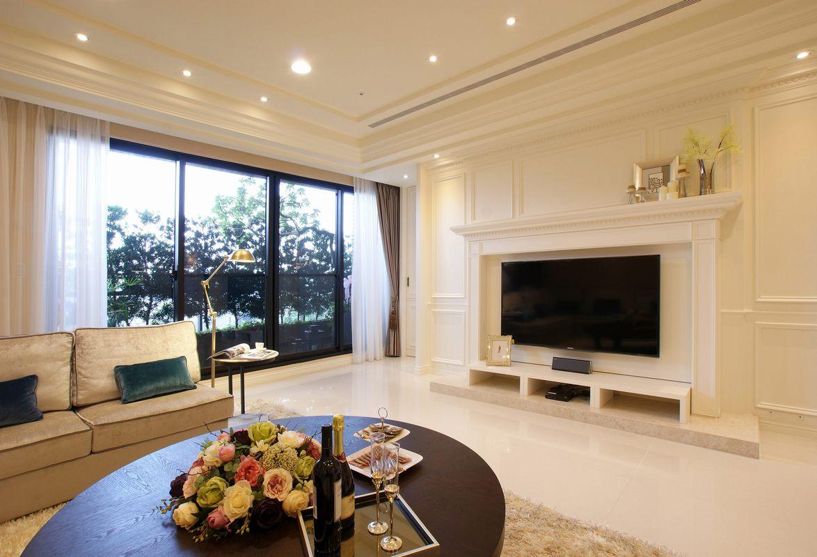 客厅光线非常好,自然光可以最大限度流入,视野宽阔,电视背景墙设计置物台并进行装饰,非常有美感。