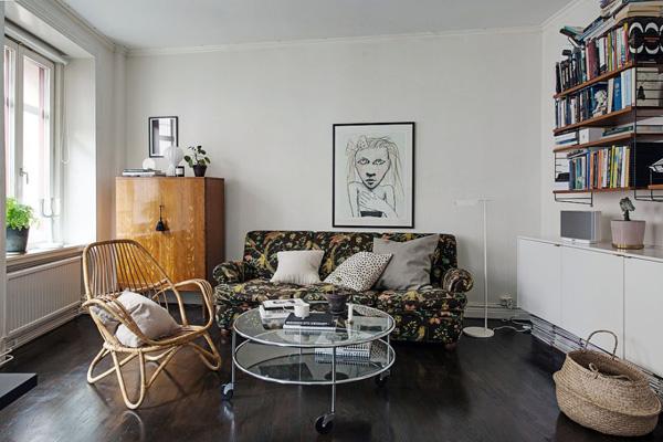 开放式的客厅和用餐空间,面向庭院的三面大窗户引来明亮的自然光,
