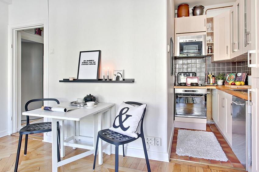 黑色的餐椅白色的餐桌,还有隔板上摆放的蜡烛,虽然简单,却也温馨。