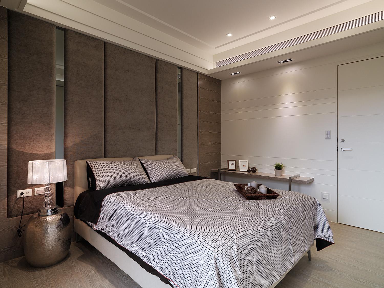 卧室的装修简洁温馨,精致的台灯使得整个卧室很明亮