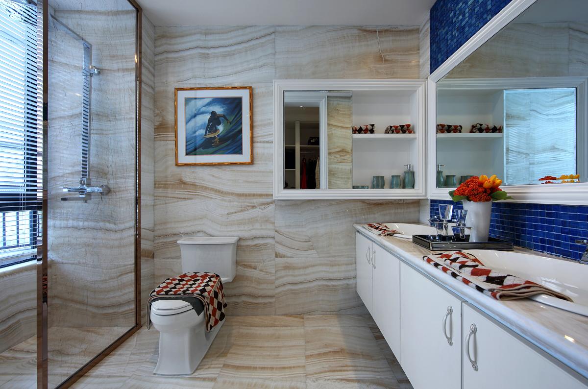 卫生间选用了同色系的墙地砖,给人视觉上的延伸感,搭配蓝色马赛克瓷砖,富有层次又不失时尚。
