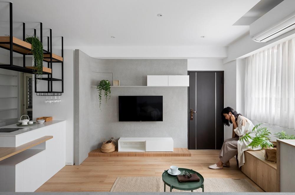 电视背景墙以灰色为主,从整体的视觉上来看,客厅明亮又有气质。
