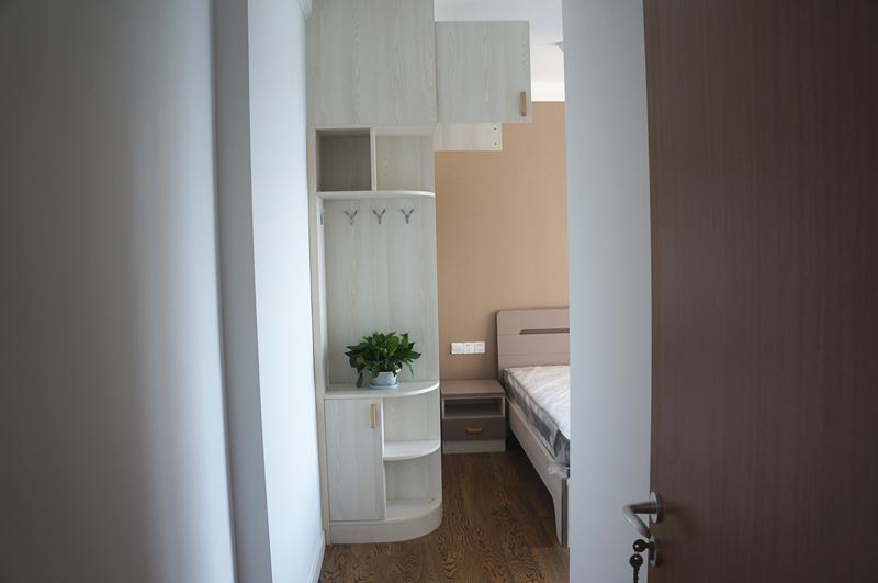 转角衣柜在面积不大的房间内,充分利用角落来实现收纳、装饰功能。
