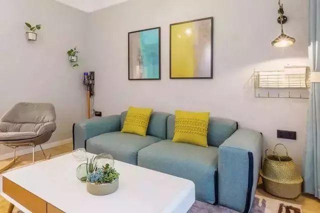 客厅就像是一个小型的休闲室,沙发配上搭配上黄色的抱枕,很有休闲的味道。