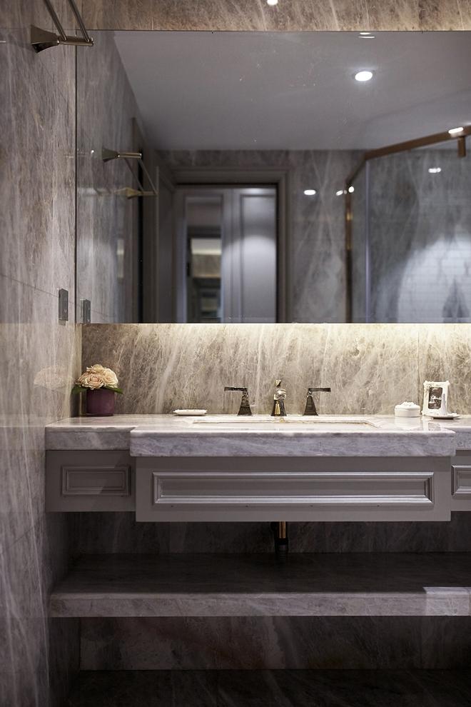 卫生间采用了大量的灰白大理石地板,墙面、桌面,扑面而来的后现代风格,加上新古典原色。