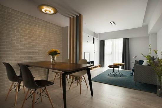 利用木格栅替客、餐厅界定空间,维持通透宽敞视感,也方便自然光贯穿全室。