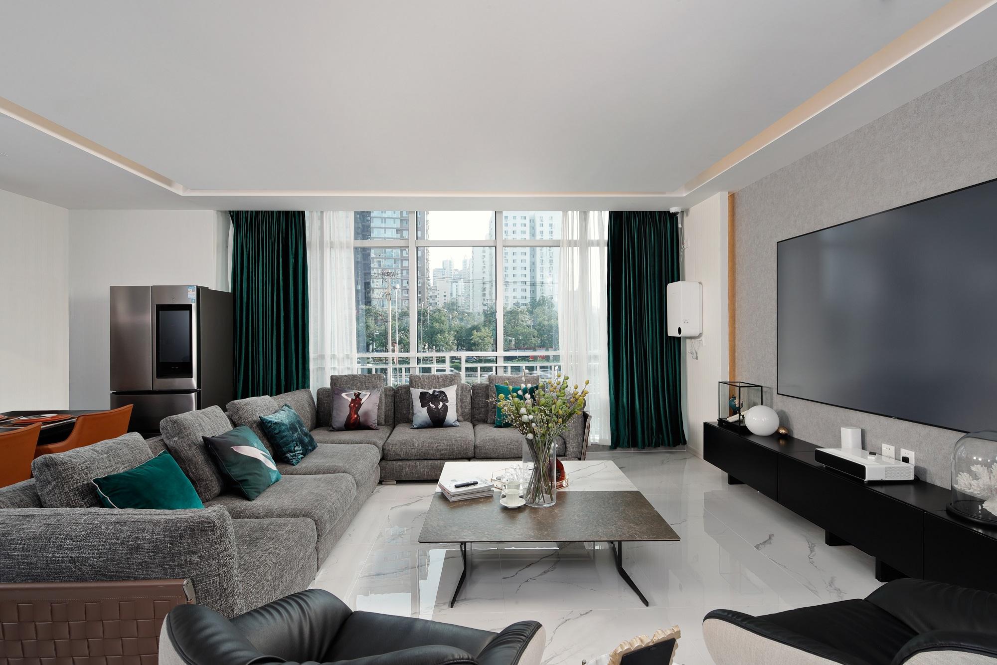 超大的落地玻璃窗增加了室内采光效果,明亮大气,搭配蓝色质感丝绒窗帘,典雅迷人。