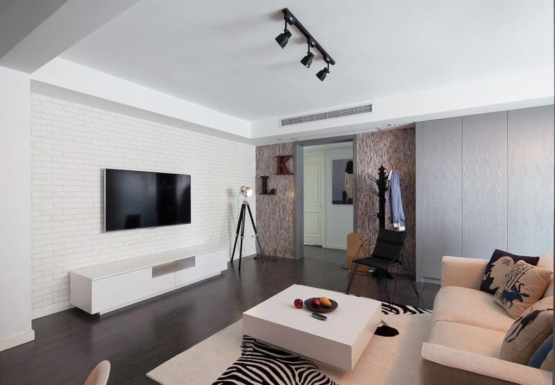 黑色的地板并没有影响室内的采光,除了造型前卫和暖色系的灯光外,墙和顶可以将光线反射到屋内的每一个角落