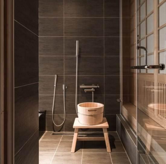 卫生间的地面要保持水平,淋浴区要保持一定坡度,地漏在最低处,这样可以提高排水速度,以免积水