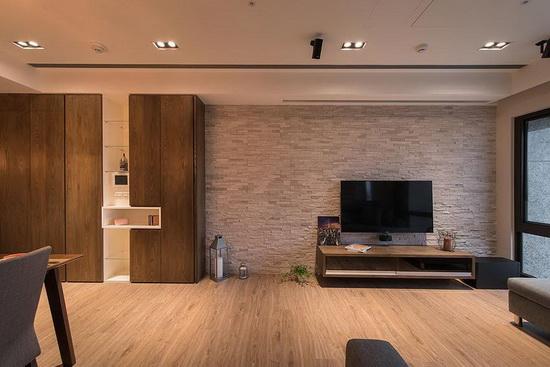 进入室内的走道上,规划一整面多功能柜,与文化石电视墙形成串联,拉宽空间横向视觉比例。