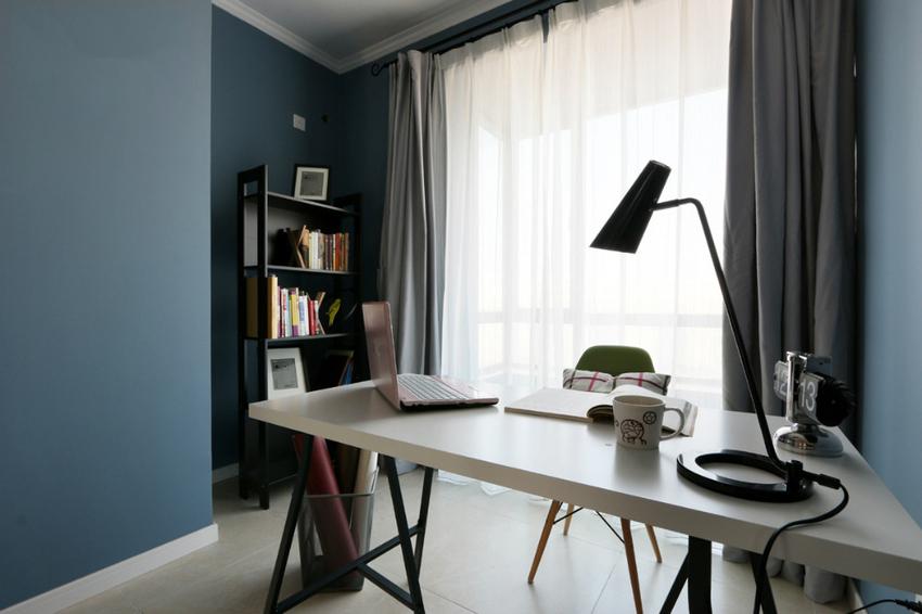 简约风格的书房较容易用到黑色的元素,比如黑色边框的书架,还有这张黑色角架的书桌,整体融合度相当高。