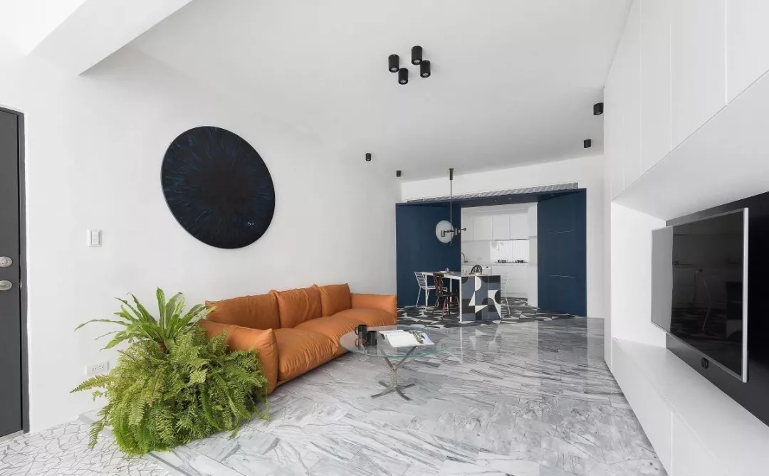 客厅吊顶设计极其简单,白色墙面搭配几个黑色简易吊灯,与背景墙黑色装饰相呼应。