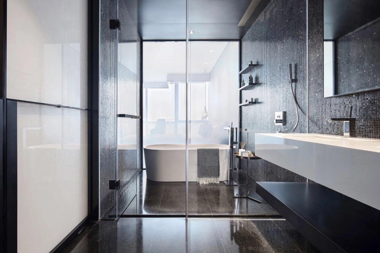 衛生間使用玻璃進行幹濕分離,比例的通透加上較好的采光,衛生間高級感十足。