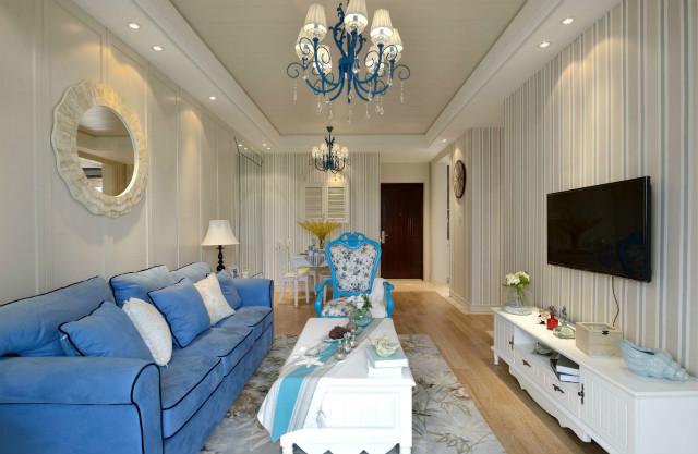 蓝色的布艺沙发与白色的茶几搭配相宜,简洁大方,碎花的点缀增加了绿色气息。