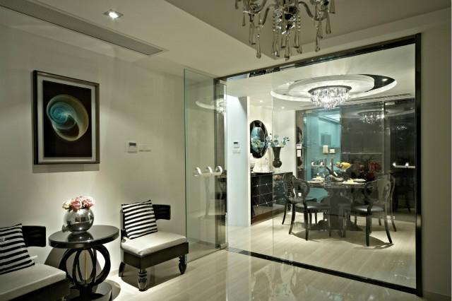 餐厅采用玻璃门设计,通透大气,既时尚又纯粹,也许,这就是意大利设计。