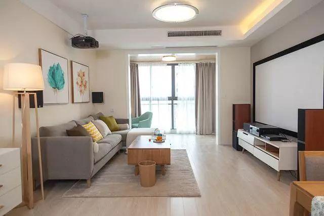 客厅整体十分清爽,色调简单温馨,实木家具也可以很耐看。电视墙装了那种家庭影院,放下幕布就可以看大片。