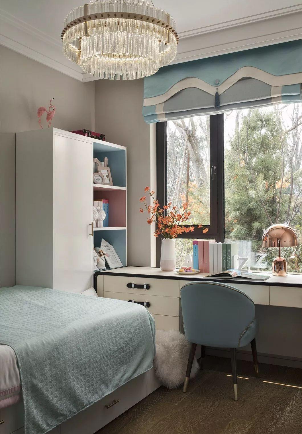 浅粉、马卡龙蓝色与柔和的奶白色,清新、微甜,奠定了空间轻松的基调,稚拙的原木地板平衡了空间明度。