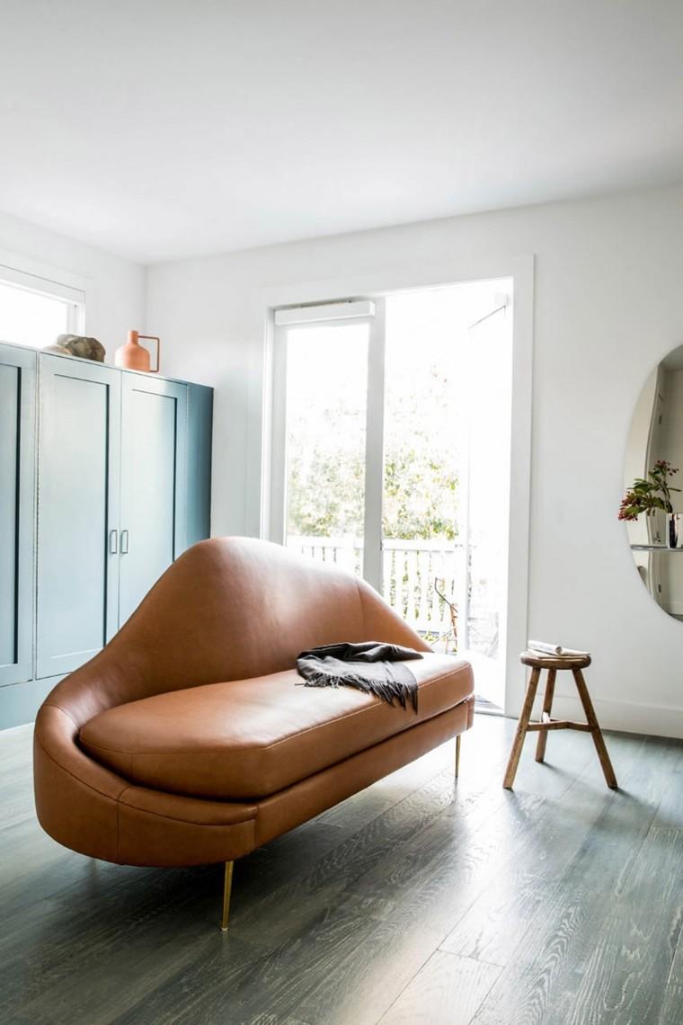 圆滑的皮质沙发,轻巧典雅的座椅,小巧轻便的立体储物架,这些家饰的点缀体现屋主不凡的审美品味。